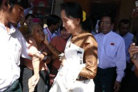 Suu Kyi greets supporters after commemorating Independence Day, 4 January 2015. (PHOTO: DVB)