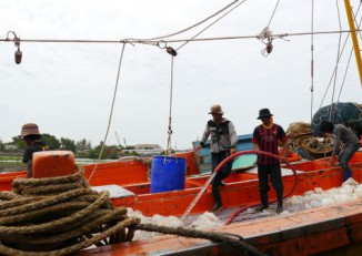 Burmese migrant dockworkers in Thailand. Many Burmese who find work in Thailand's poorly regulated fishing industry end up as unpaid captives. (Photo: Jeanne Hallacy / Solidarity Center)