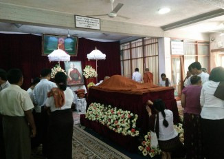 Followers of Sayadaw U Pandita pay their respects to the late meditation master in Rangoon on 17 April 2016. (Photo: Nwe Lay / DVB)