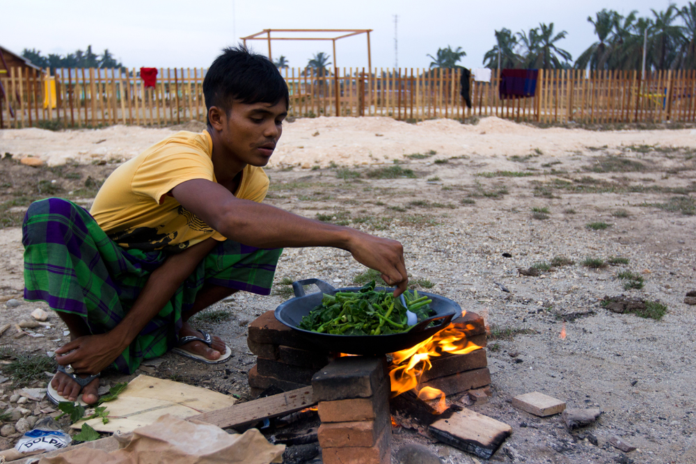 A Rohingya man cooks at Timbang Refugee Camp, in the outskirts of Langsa City (Aceh Province, Indonesia). Photo: Carlos Sardiña Galache / Yayasan Geutanyoe – A Foundation for Aceh.