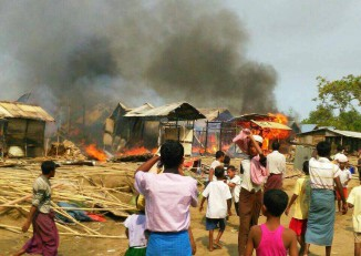 A fire destroys buildings in Bawdupha 2 IDP camp, near Sittwe, Arakan State, on 3 May 2016. (Photo: Arakan Times)