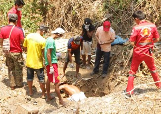 Rescue workers exhume the body of a murdered Burmese man near Mae Sot, Thailand, on 11 May 2016. (Photo: DVB)