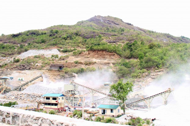 Dust rises as rocks are broken into gravel at Yarmanya Company's quarry in Paung Township, Mon State. (Photo: Phyo Thiha Cho / Myanmar Now)