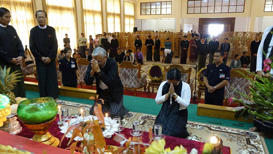 President Htin Kyaw and his wife Su Su Lwin pay their respects to Burma's fallen martyrs at a Buddhist ceremony in Naypyidaw on 19 July 2016. (Photo: DVB)