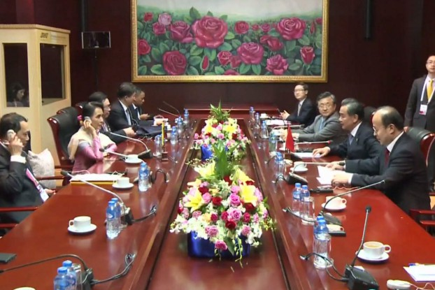 Burmese Foreign Minister Aung San Suu Kyi, left, speaks with her Chinese counterpart Wang Yi on the sidelines of the 49th ASEAN Foreign Ministers Meeting in Vientianne, Laos, on 24 July 2016. (Photo: Reuters)