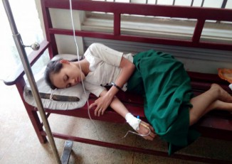 A student from Muthin High School is treated for food poisoning at a Bilin hospital in Mon State on 20 July 2016. (PHOTO: DVB)