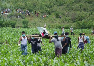 Family members and villagers exhume the bodies of five young men in Mong Yaw village-tract in Lashio Township on 30 June 2016. (PHOTO: DVB)