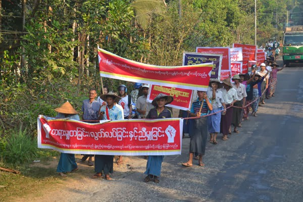 Farmers protest against land confiscations in Tenasserim Division's Dawei District in February 2014. (Photo: Dawei Project)