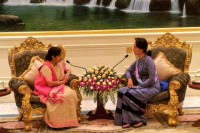 Indian External Affairs Minister Sushma Swaraj, left, speaks to State Counsellor Aung San Suu Kyi in Naypyidaw on 22 August 2016. (Photo:  @SushmaSwaraj  / Twitter)