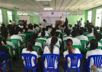 Burmese workers attend a press conference held to publicise an ethical recruitment scheme for migrant workers seeking employment in Thailand. Around 200 people signed up for the pilot project at the event on 20 August 2016. (Photo: MWRN)