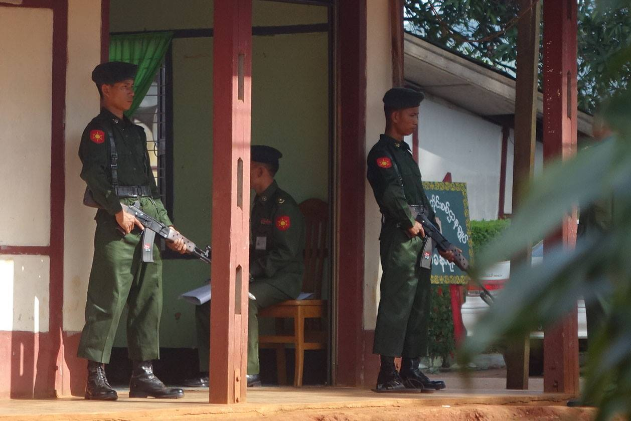 Soldiers stand guard outside a military tribunal that handed down prison sentences to seven Burmese servicemen found guilty of murdering civilians in Shan State in late June. (Photo: Khun Myo Satt / DVB)