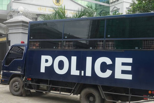 The police vehicle used to transport the accused in the Ava Tailor abuse case sits outside the Western Yangon District Court in Lanmadaw Township on 29 September 2016. (Photo: DVB)
