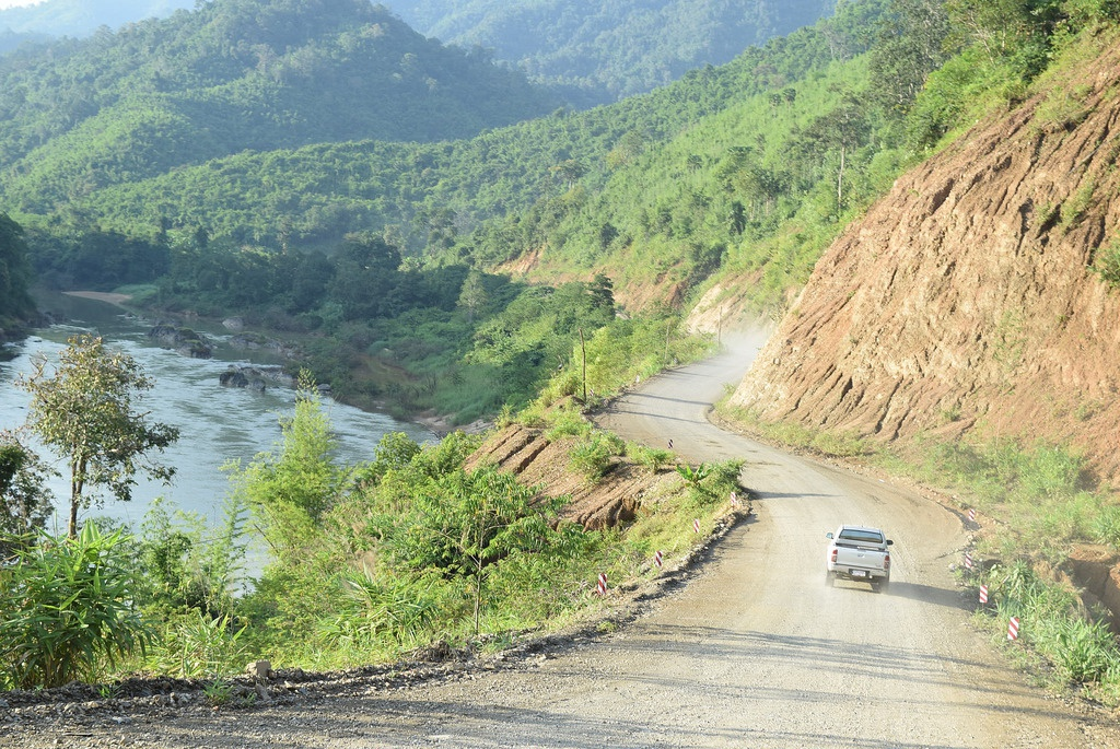 A car drives on the road linking Thailand to the Thai-backed Dawei Special Economic Zone project in southern Burma in November 2015. (Photo: ERIA)