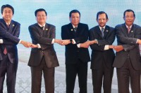 Philippines President Rodrigo Duterte, center, holds hands with other ASEAN leaders and Japanese Prime Minister Shinzo Abe, far left, in Vientiane, Laos, on 7 September 2016. (Photo: King Rodriguez / Wikimedia)