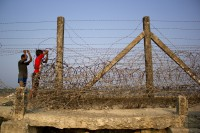 The border fence separating Burma and Bangladesh. (Photo: Carlos Sardiña Galache)