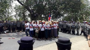 Police surround the MVPPL workers from Sagaing as they attempt to enter Naypyidaw on 18 May 2016. (Photo: DVB)