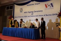 Executives from VOA and DVB sign a broadcasting MoU on 16 October 2016. (PHOTO: DVB)