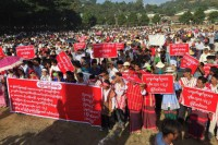 Dozens of foragers rally for mining rights in Hpakant, Kachin State, on 20 October 2016. (PHOTO: DVB)
