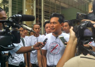 Hla Phone speaks to reporters outside of the Mayangone Township courthouse on 11 November 2016. (Photo: DVB)