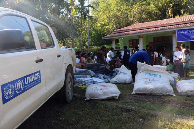 23 Nov 2016: UNHCR is leading efforts to distribute aid to IDP shelters in northwestern Arakan State. (PHOTO: DVB)