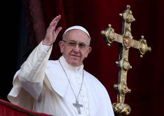 """Pope Francis waves after delivering his """"Urbi et Orbi"""" (to the city and the world) message from the balcony overlooking St. Peter's Square at the Vatican on 25 December 2016. (Photo: Reuters)"""