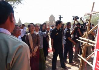 State Counsellor Aung San Suu Kyi inspects a temple undergoing renovation works in Bagan on Tuesday. (Photo: DVB)