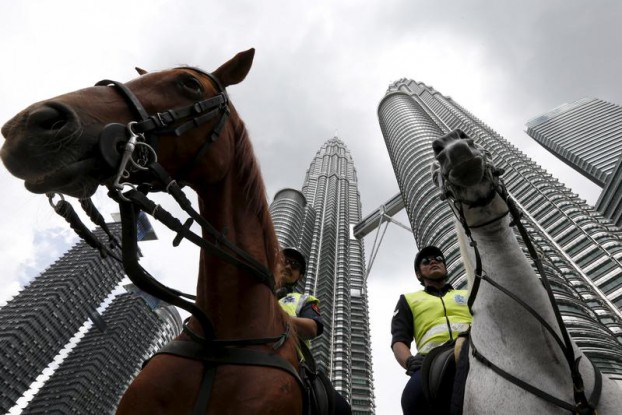 Malaysian police patrol on horses in front of the Petronas towers at the venue of the 27th ASEAN Summit in Kuala Lumpur on 21 November 2015. (Photo: Reuters)