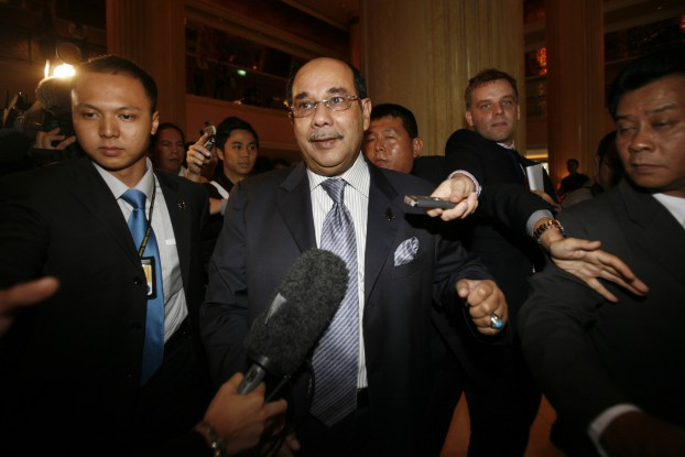 Syed Hamid Albar, then Malaysia's foreign minister, is surrounded by journalists during the 13th Association of Southeast Asian Nations (ASEAN) Summit in Singapore on 20 November 2007. (Photo: Reuters)