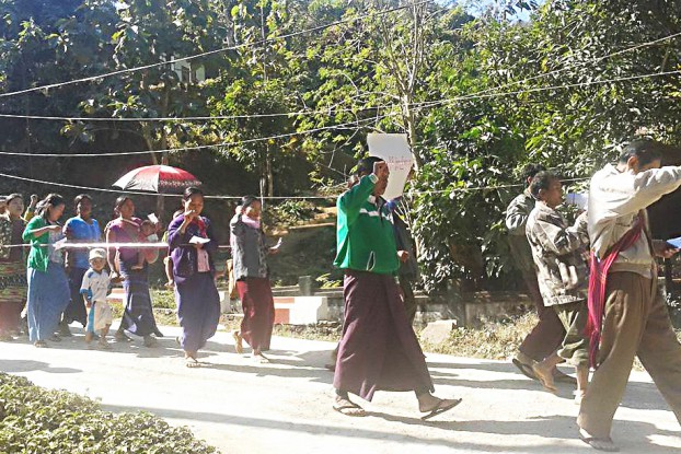 Protestors take to the streets of Paletwa in Chin State on 16 January 2017 to demand administrative measures that could ease trade and commerce woes. (PHOTO DVB)