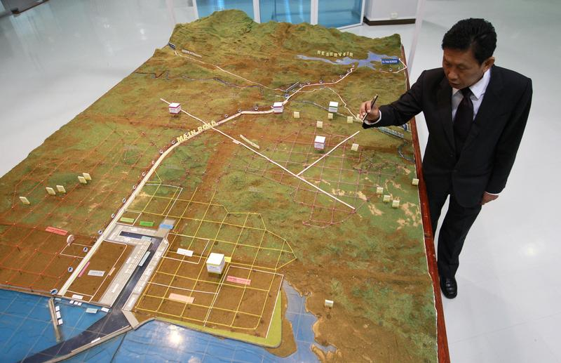 Somjet Thinaphong, Dawei Development Company's managing director, shows Reuters a model of the Dawei special economic zone during an interview in Bangkok on 19 September 2012. (Photo: Reuters)