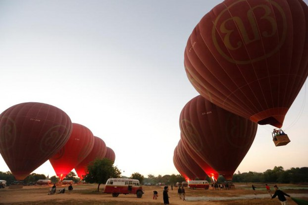Hot-air balloons carrying tourists take off before sunrise over the ancient Burmese city of Bagan, a major draw for Thai Buddhist pilgrims and tourists across the globe, on 11 January 2017. (Photo: Reuters)
