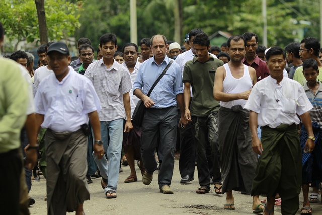 Tomas Ojea Quintana (C), United Nations Special Rapporteur on the human rights situation, walks with Rohingya Muslims as he visits Aung Mingalar quarter in Sittwe on 13 August 2013. (Reuters)