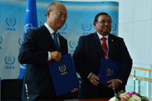The Additional Protocol was signed by Burma's Foreign Affairs minister, Wunna Maung Lwin (right) and IAEA Director General Yukiya Amano (left) (Photo: D Calma/IAEA)